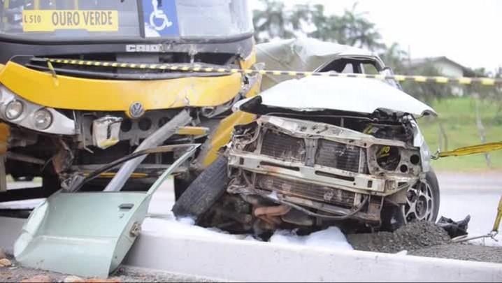 Acidente entre carro e ônibus em Jaraguá do Sul