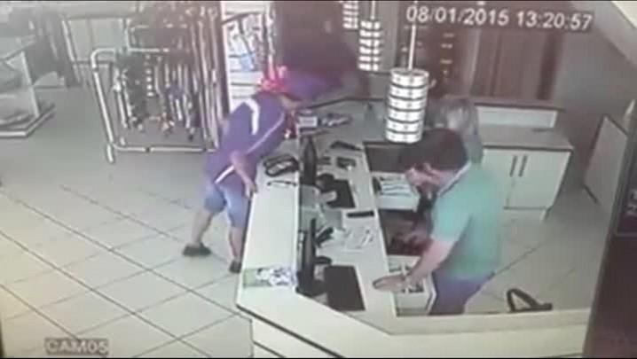 Vídeo mostra bandidos assaltando uma loja em plena luz do dia em Joinville