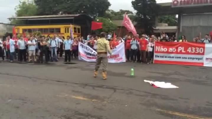 Veja o momento em que homem ameaça manifestantes em frente à Carris