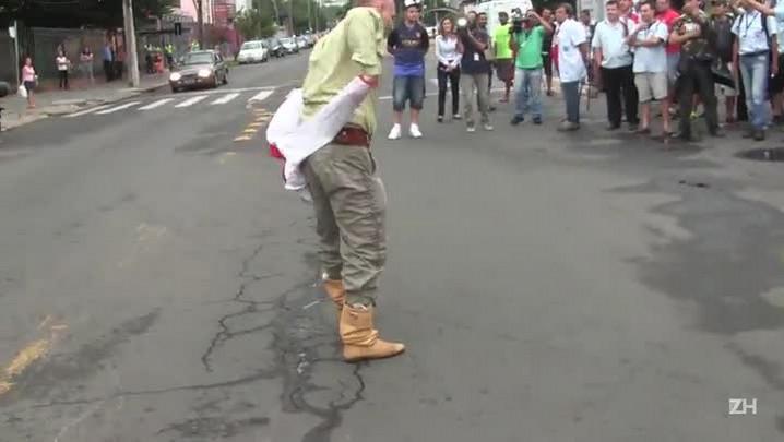Homem provoca manifestantes da Carris