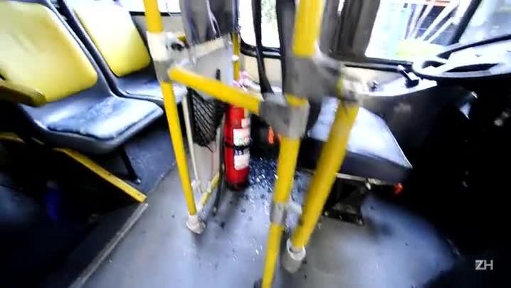 Motorista da Carris relata momento em que ônibus foi atingido