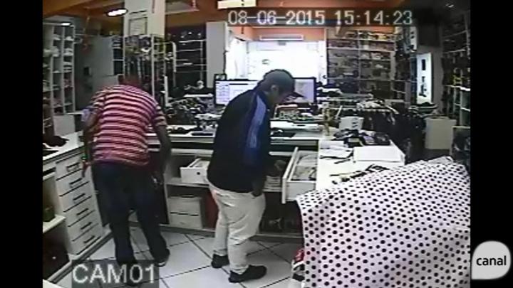 Homens entram em loja, levam funcionárias para os fundos e fogem com dinheiro