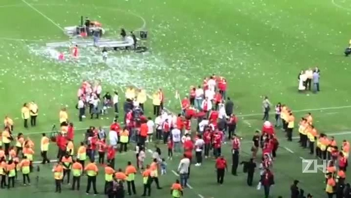 Bandeirinha de escanteio vira celebridade após hexa do Inter