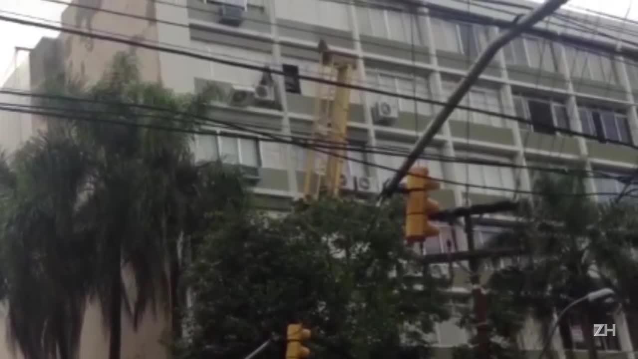 Funcionário de obra fica suspenso em andaime na Capital