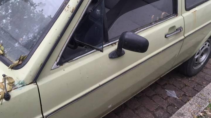 Rua do centro de Porto Alegre tem sete carros abandonados