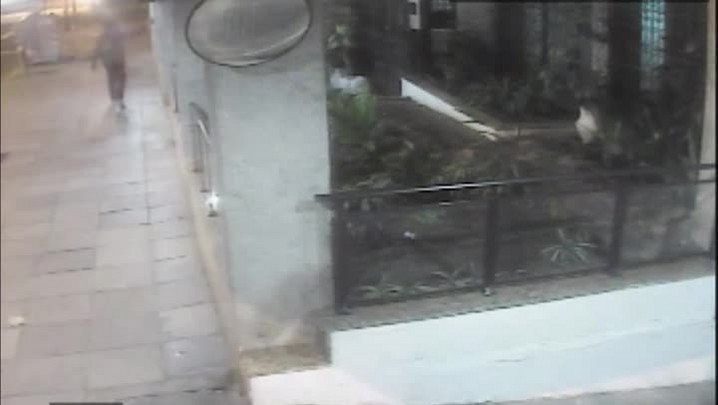 Imagens flagram suspeito de matar jornalista deixando prédio em Porto Alegre