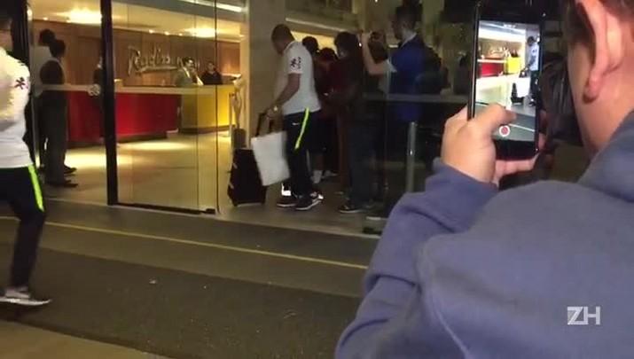 Luiz Eduardo dribla a segurança para tirar foto com Neymar