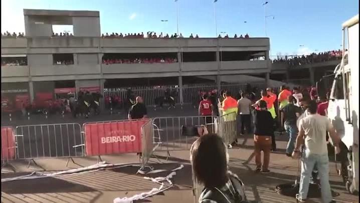 Torcedores protestam após empate do Inter com o Vila Nova