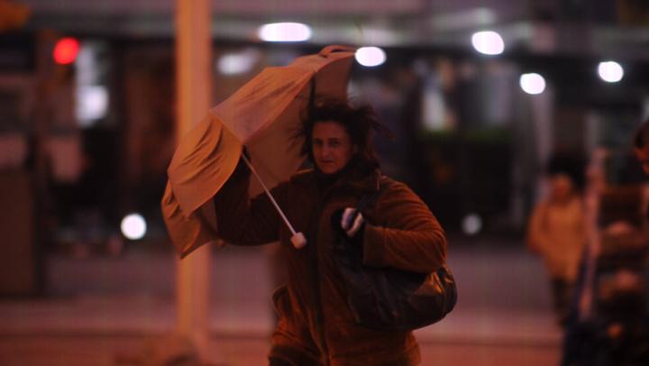 Dia de muito frio e chuva nas ruas de Florianópolis