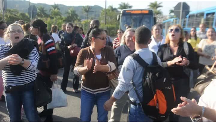 Paralisação de ônibus causa revolta na população na manhã de segunda-feira