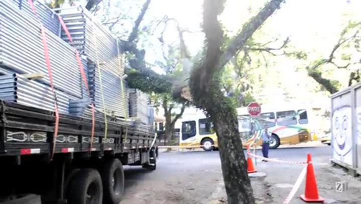 Caminhão fica enroscado em fios no bairro Bom Fim