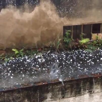 Durante tempestade, pedras de granizo caem do céu em Tubarão