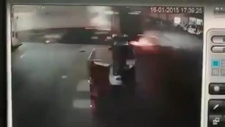 Caminhão invade posto de combustíveis em Blumenau