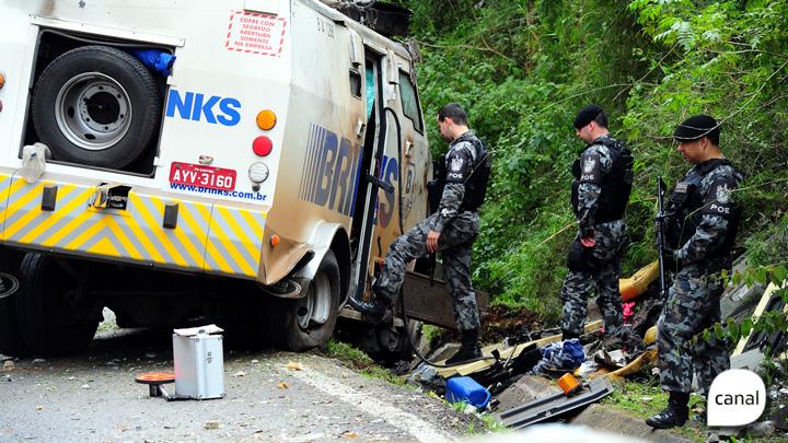 Bandidos explodem carro-forte na ERS-122, em Flores da Cunha