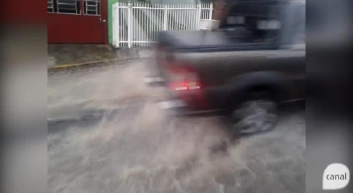 Chuva causa correnteza na Rua Juvenal Herculano Cruz, no bairro Planalto