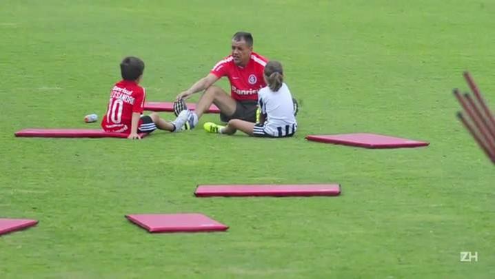D\'Alessandro brinca com os filhos em treino do Inter