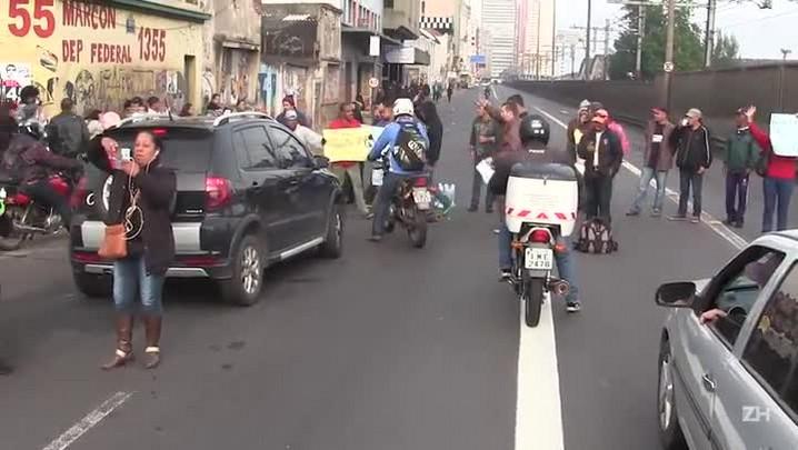 Manifestantes bloqueiam Avenida Mauá, em Porto Alegre