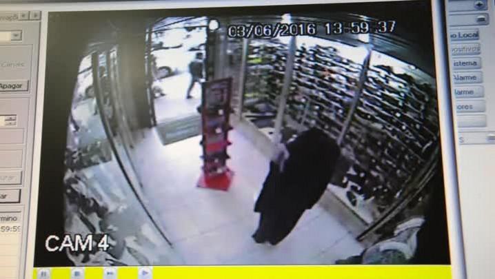 Mulher furta jaqueta de manequim em loja de Santa Maria