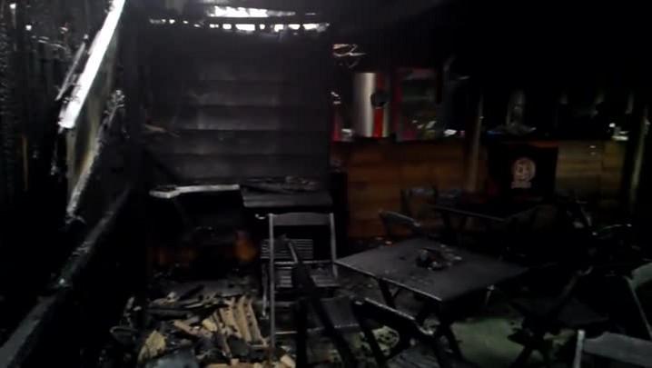 Fogo destrói Pinus Bar em Santa Maria