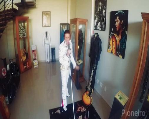 Cover de Elvis que tem mais de 5 mil itens de colecionador canta Suspicious Mind