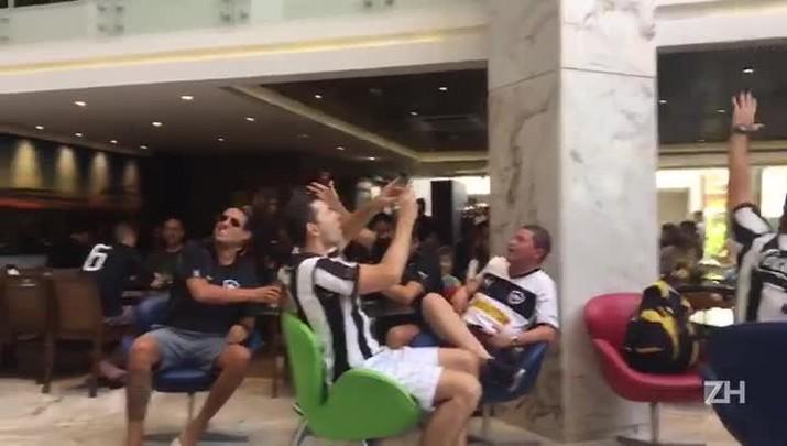 Torcedores fazem a festa no saguão em que o Botafogo está concentrado
