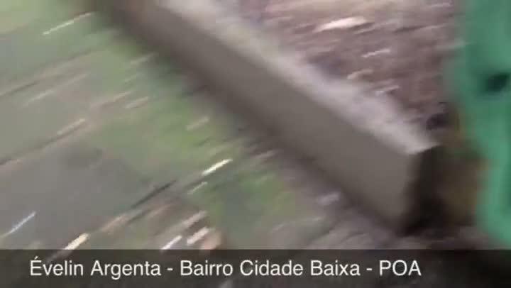 Confira a situação de uma calçada na rua Baronesa do Gravataí, na capital. 06/06/2013