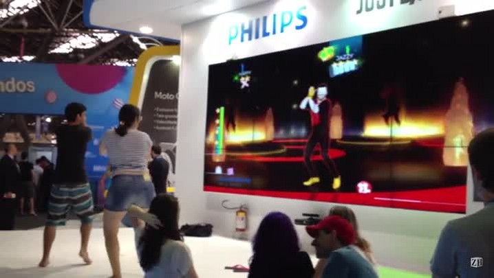 Gamers se divertem com o jogo Just Dance na Campus Party
