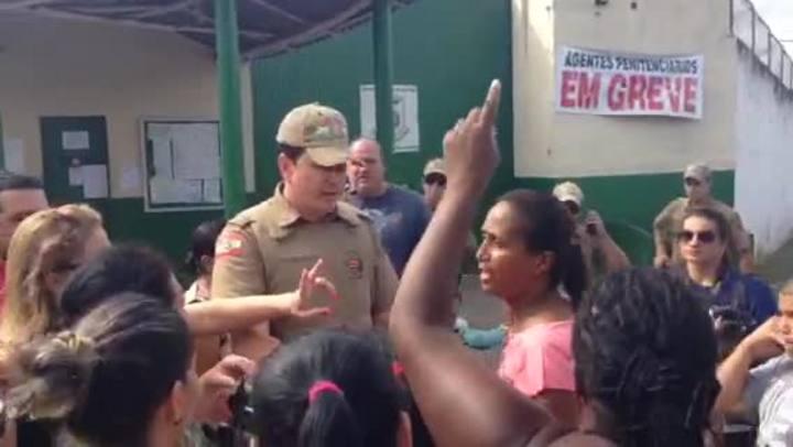 Mulheres de presos protestam em frente à Penitenciária de Criciúma