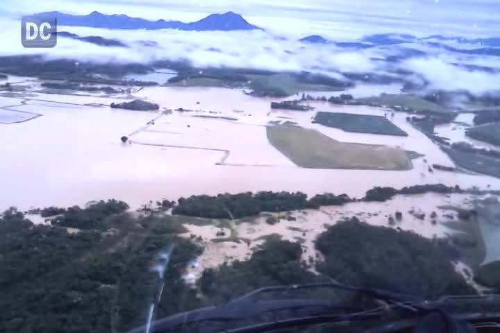 Helicóptero Arcanjo do Corpo de Bombeiros sobrevoa área alagada da Bacia do Rio Itapocu
