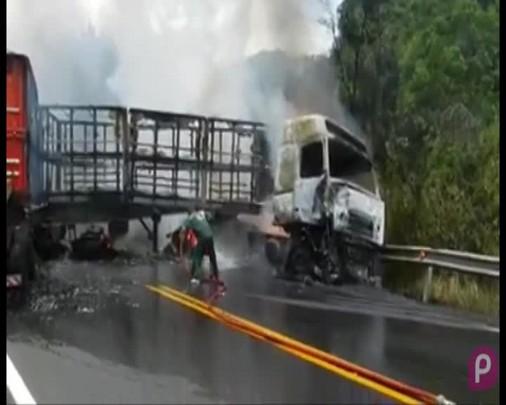 Caminhão pega fogo na ERS-122, em Antônio Prado