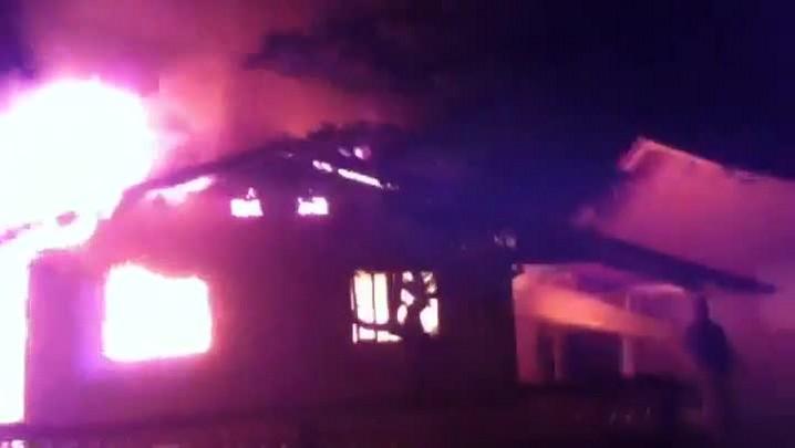 Confira o video em que casa pega fogo em São Francisco do Sul