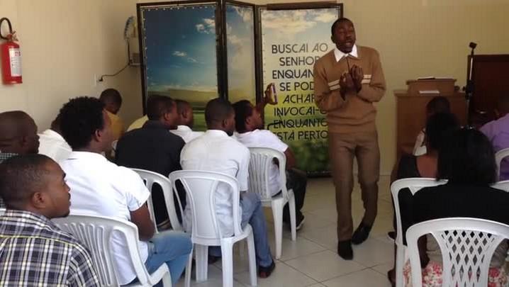 Veja uma celebração religiosa dos haitianos em Jaraguá