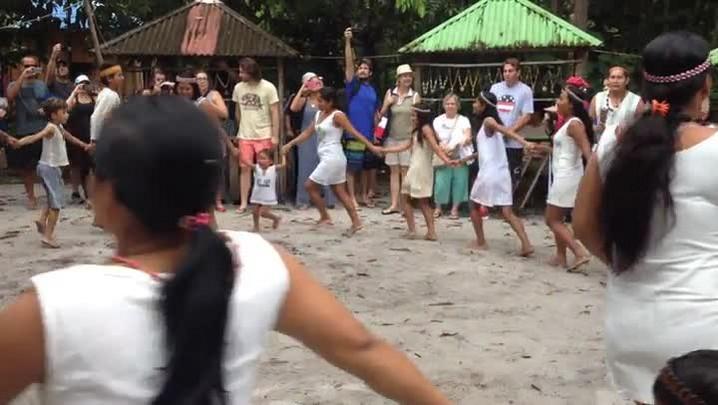 Índios kambebas mostram canto e dança a turistas na Amazônia