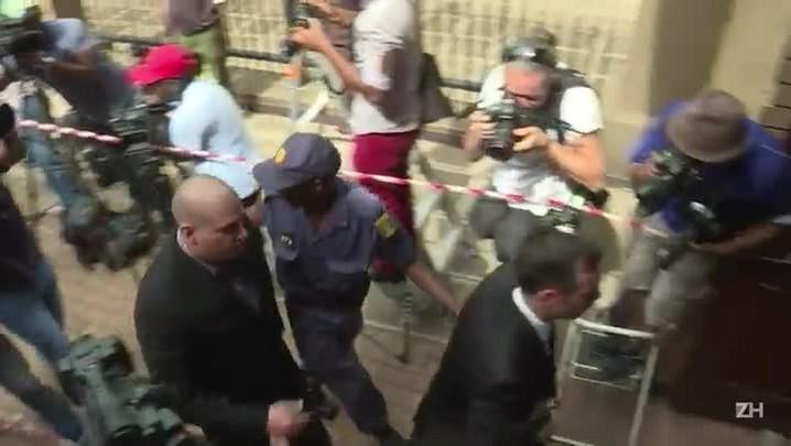 Pistorius paga fiança e mantém prisão domiciliar