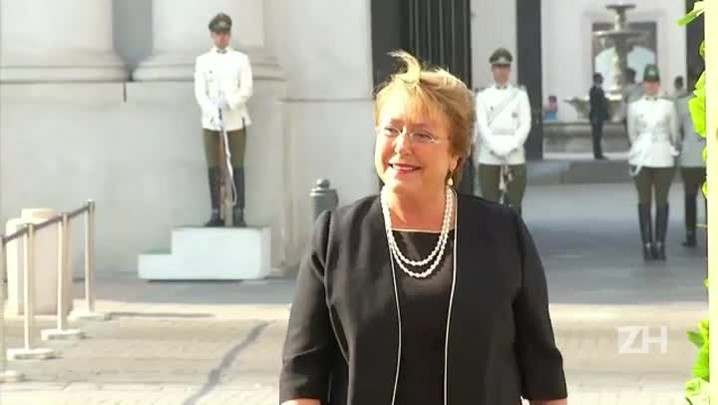 Robô conversa com Bachelet