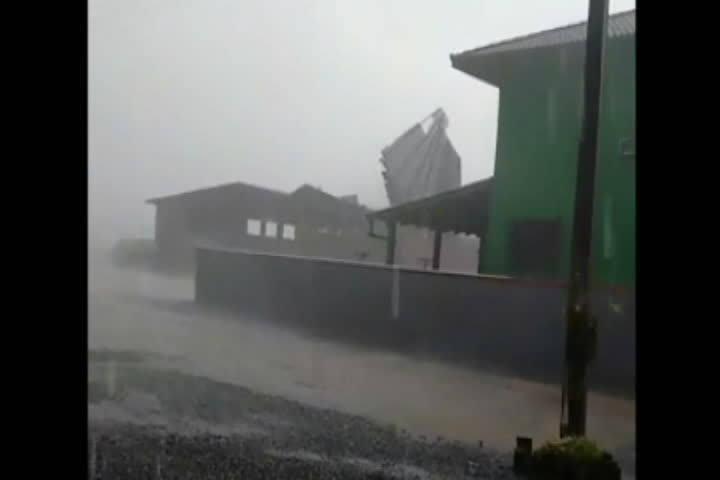 Homem é levado junto com telhado durante temporal em Joinville