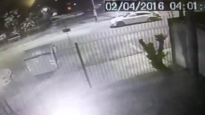 Imagens mostram motorista do Audi fugindo do local da colisão após racha que resultou no atropelamento de duas pessoas