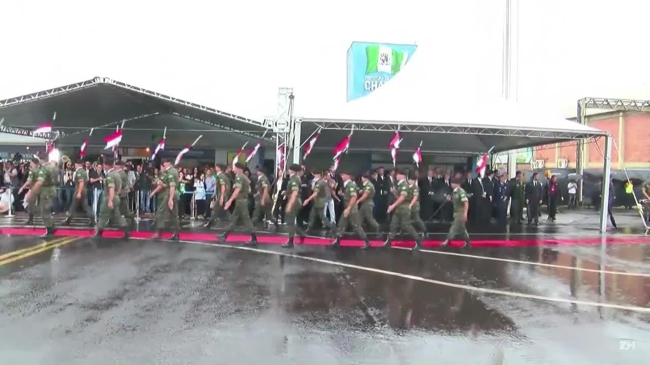 Sob forte chuva, Chapecó se despede de seus heróis
