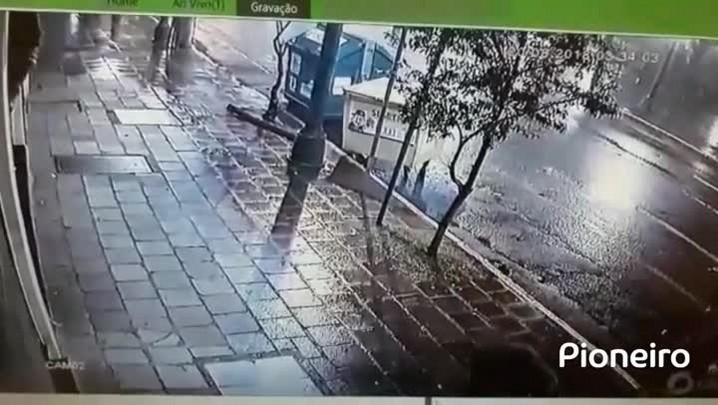 Assaltantes usam barra de ferro e carro para arrombar vitrine de loja no centro de Caxias