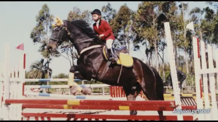 Estudante fala do amor por cavalo tratado como bicho de estimação