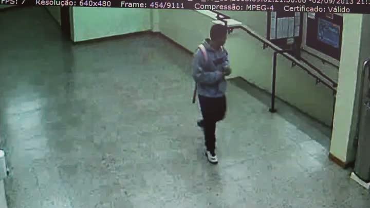 Confira as imagens da câmera de segurança da PUCRS que mostram o homem que assaltou sala de aula. 03/09/2013