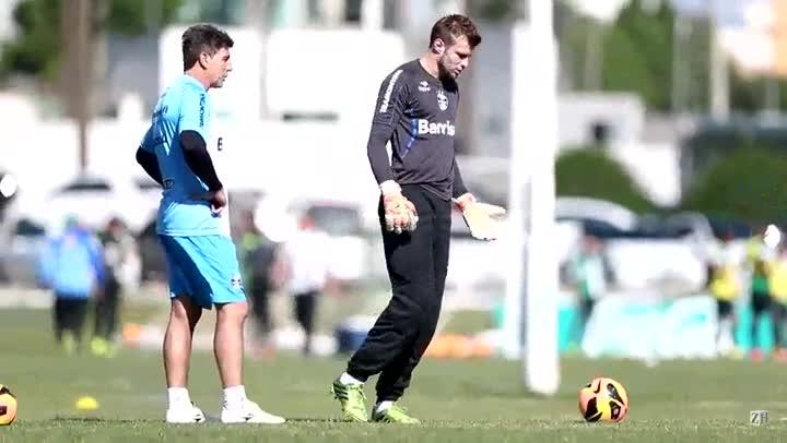 Renato treina com o goleiro Busatto
