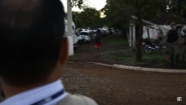 Peritos chegam a cemitério para exumação de Jango