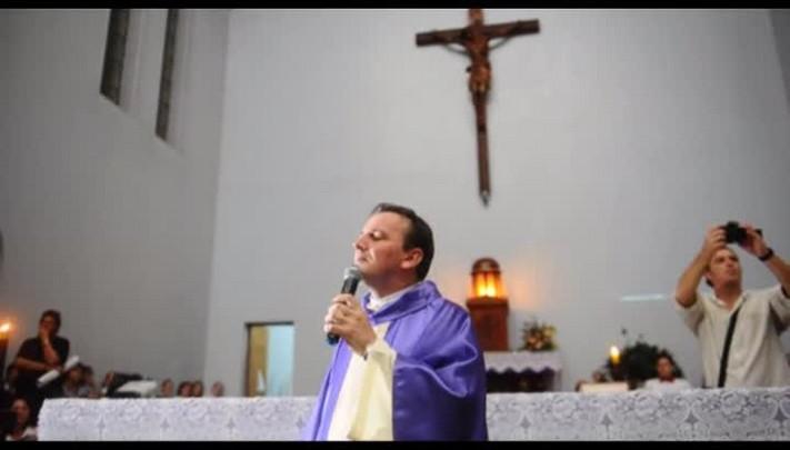 Padre Ezequiel reza sua última missa cantada em Caravaggio