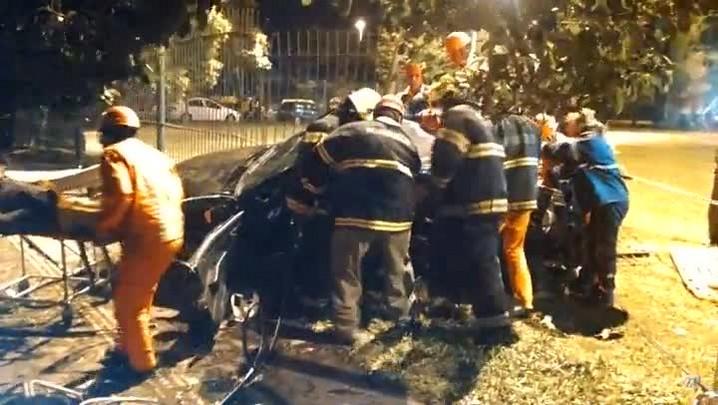 Equipe de resgate trabalha para retirar sobrevivente de acidente na Capital