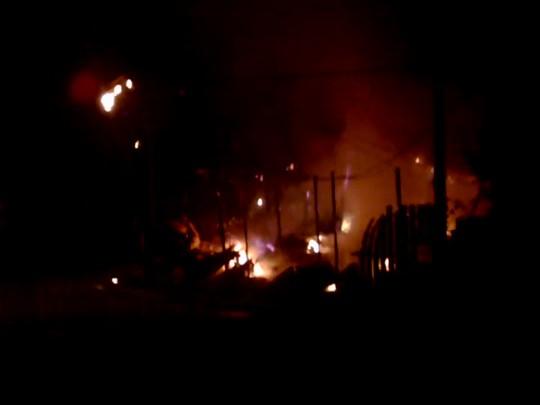 Incêndio destroi ferro-velho em Joinville