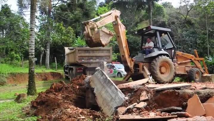 Prefeitura derruba casa construída em área de preservação em Joinville