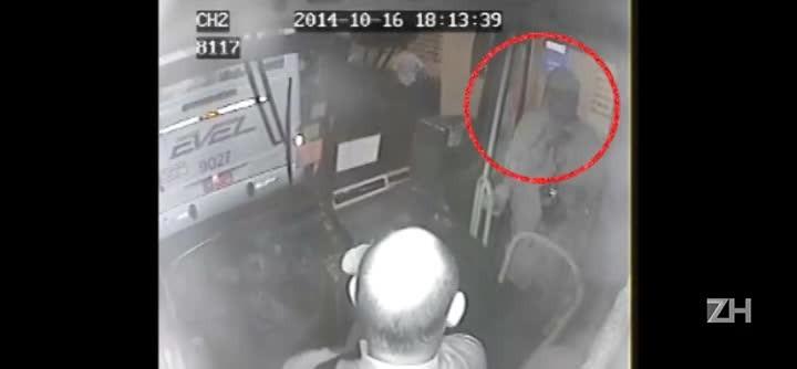 Imagens de câmera de segurança mostram o assassinato de brigadiano em ônibus