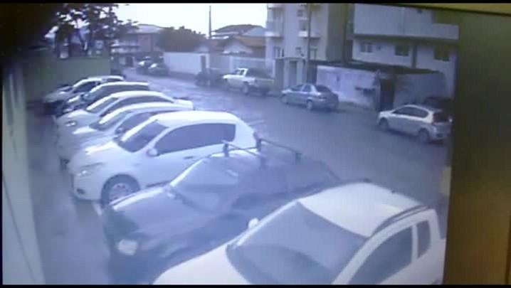 Imagens mostram assaltantes que trocaram tiros com policial em Joinville