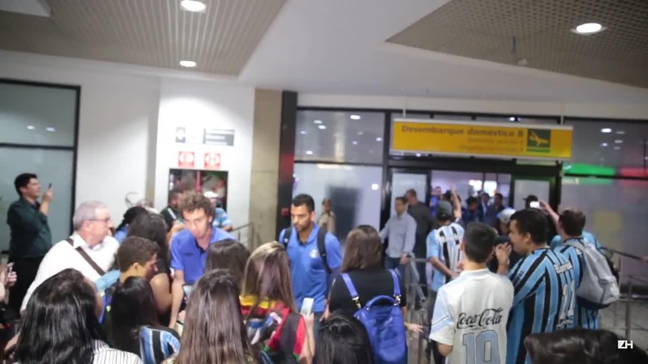 Torcida recebe o Grêmio no aeroporto